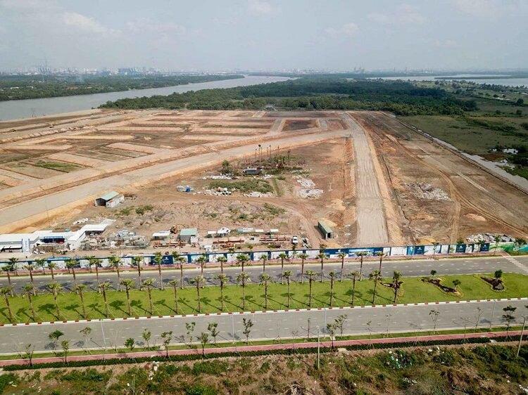 Đường dẫn vào dự án được trồng khá nhiều cây xanh xung quanh hai bên